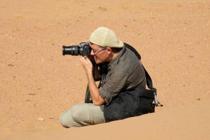 Paolo Marabini, giornalista appassionato fotografo, è in viaggio in Marocco per festeggiare i suoi primi cinquant'anni.
