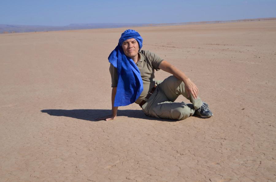 Paolo Marabini in viaggio in Marocco, sul Lago Iriki, vecchia pista della Parigi-Dakar. Adventour - Viaggi su misura verso Marocco, India, Sudafrica, Botswana, Costa Rica.