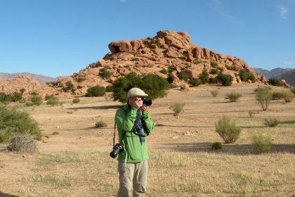 Paolo Marabini, giornalista appassionato fotografo, in viaggio in Marocco, a Tafraoute, con Emanuela Carla Marabini e Adventour.