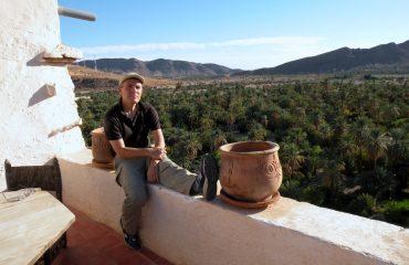 Paolo Marabini, giornalista appassionato fotografo, in viaggio in Marocco, a Tata, con Emanuela Carla Marabini e Adventour.